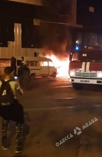 Ночью возле «Привоза» сгорел микроавтобус (видео)