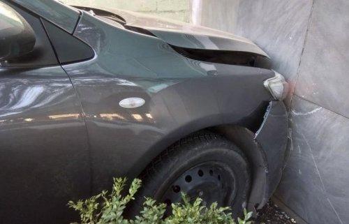В Одессе автомобиль врезался в стену торгового центра