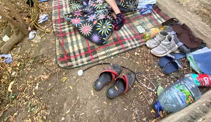 В одесском парке поселилась семья с ребенком. Их уволили и они не смогли платить аренду