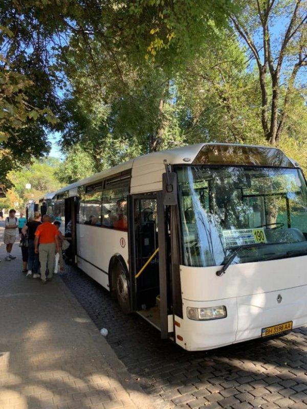 Популярный маршрут на поселок Котовского начали обслуживать большие автобусы: коммунальные и частные