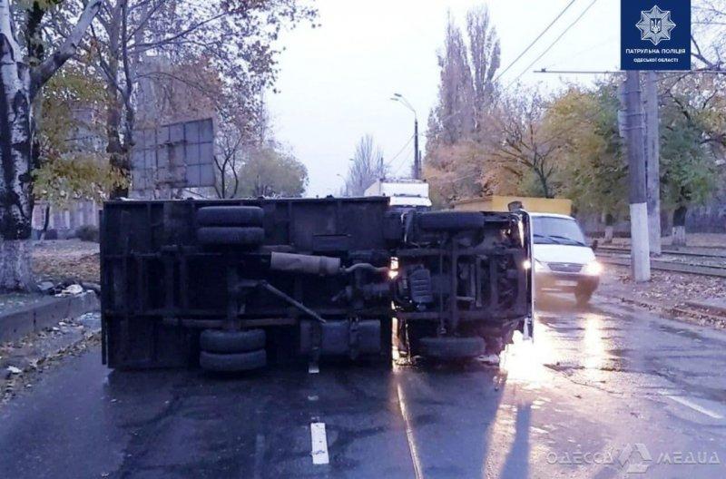 Наехал на бордюр: на поселке Котовского утром перевернулся грузовик (фото)
