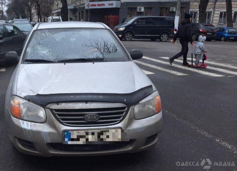 В центре Одессы водитель KIA сбил пожилого мужчину на пешеходном переходе (видео)