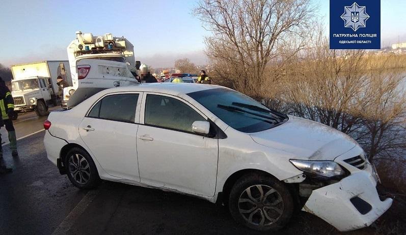 Одесская область: на Объездной дороге доставали авто из озера