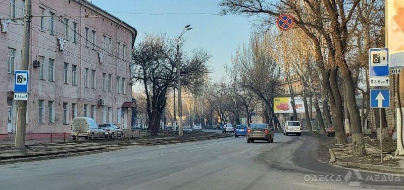 Специалисты КУ «СМЭП» устанавливают в Одессе дорожные знаки «Фотовидеофиксации» (фоторепортаж)