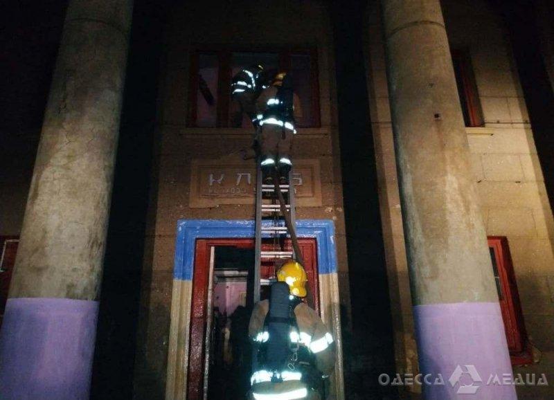 В Одесской области горело здание бывшего дома культуры (фоторепортаж)