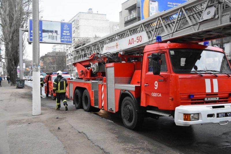 Одесские спасатели ликвидировали возгорание в ЖК «Апельсин»: эвакуировали 55 человек (фоторепортаж)