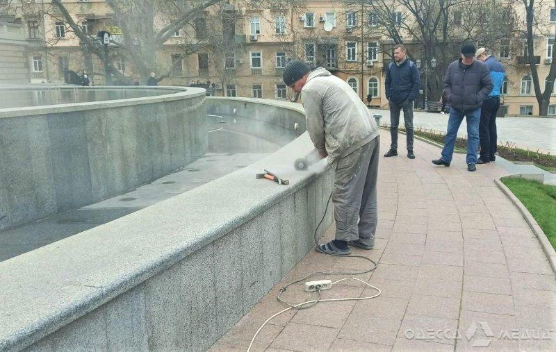 Неизвестные повредили трубопровод фонтана на Театральной площади (фото)