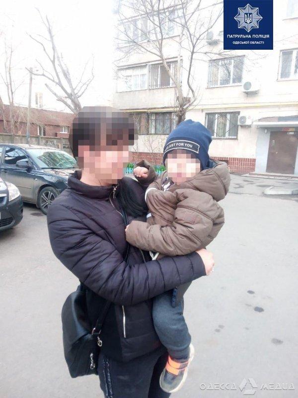 Одесские патрульные полицейские нашли потерявшегося ребенка и вернули его родителям