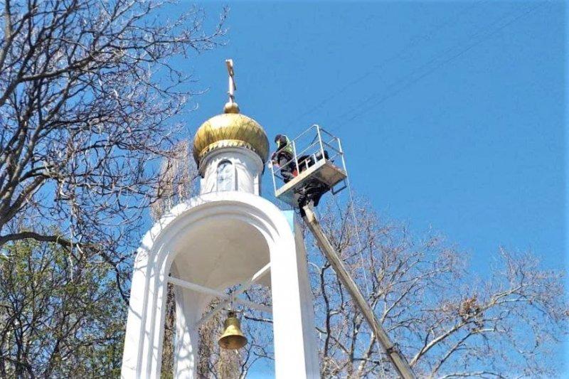 Одесские коммунальщики искупали памятники (фоторепортаж)