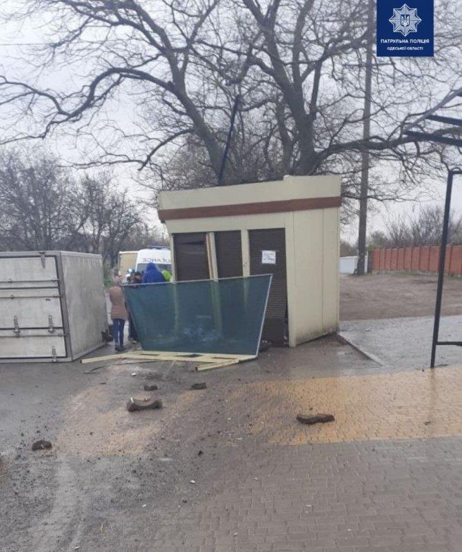 На Неждановой пьяный водитель грузового автомобиля снёс дорожный знак, ограждение и торговый киоск (фото)