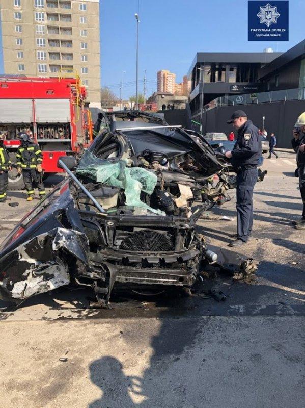 В Одессе автомобиль BMW разорвало от удара о рекламный щит – превысил скорость