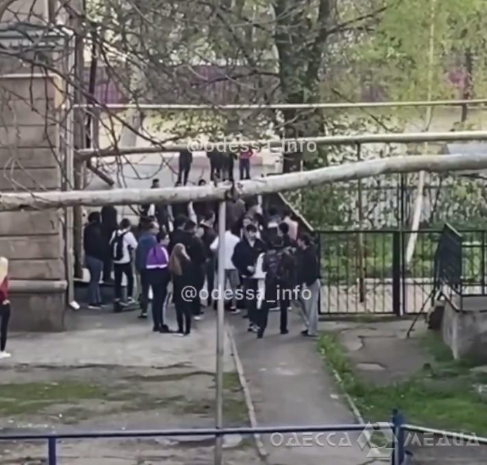 «Стенка на стенку»: в Одессе молодежь устроила массовую драку (видео)
