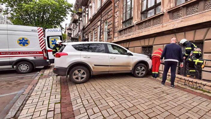 Перепутала педали: на Греческой женщина сбила парковщика