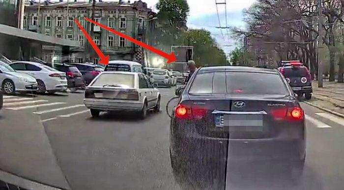 На Канатной водитель едва не сбил пешехода (видео)