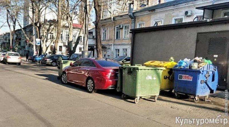 В центре Одессы проучили автохама мусорными баками