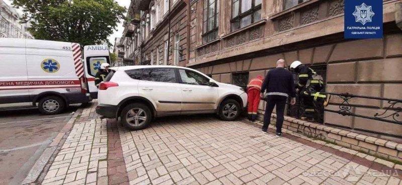 В центре Одессы внедорожник снес парковщика