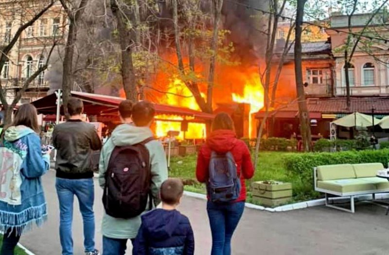 Возле Оперного театра загорелся ресторан