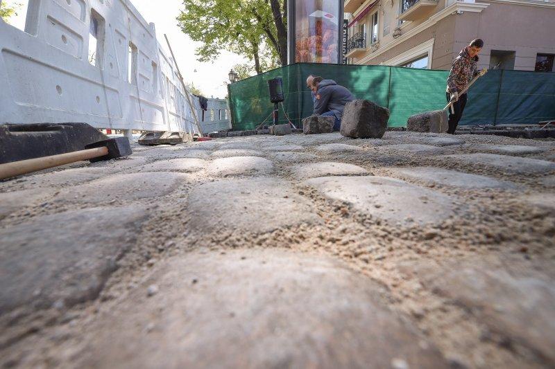 В Красном переулке восстанавливают старинное покрытие из брусчатки (фоторепортаж)
