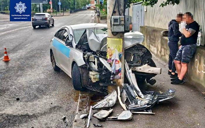 На Фонтанской дороге такси с 4 пассажирами влетело в столб