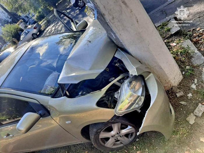 На проспекте Шевченко пьяный водитель разбил авто об столб