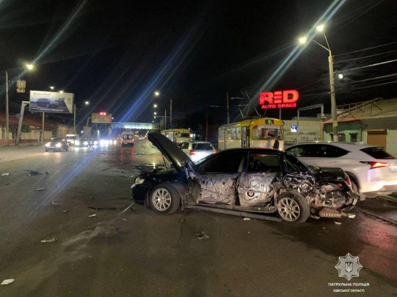 На Николаевской дороге водитель «Лексуса» врезался в три автомобиля (фото)