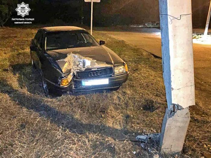 Пьяный водитель в Измаиле врезался в столб и предложил полицейским 500 долларов